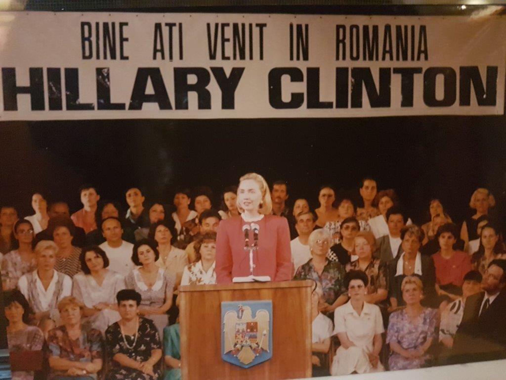 Hillary Clinton a oferit diplome de absolvire a primei si ultimei generatii a a INNR